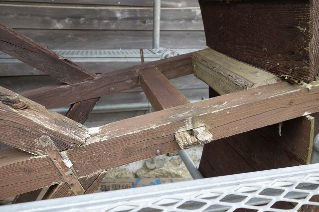 水車の枠組みの様子です。枠は長年の風雨にさらされ、虫食いもあり腐り・ガタが見られます。修繕を何度もした跡が見られます。