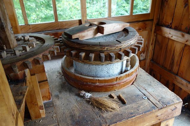 粉挽き用の石臼です 長年使用したため 重くて動きません 目立てをして修理します。