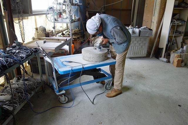 目立てです。昔は目立て用のかなづちを使いました。今は電気式のサンダーと呼ばれる道具に石、専用の回転する刃を使って目立てを行います。目立ては経験と感によります 正に匠の技がひかります。
