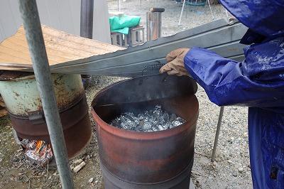 希望者はそのばで石焼芋にします。ホッカホッカ チョット肌寒い会場・・うれしいサービスです。