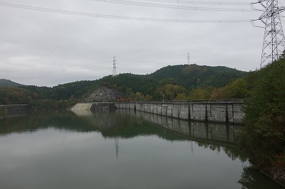富永ダムです。山間にある周辺を鏡のように映し出す水面はここならではの景観を見せてくれます